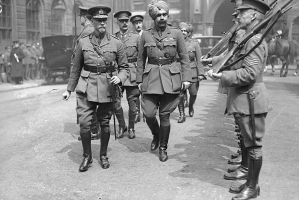 South African General Jan Smuts and the Maharaja Ganga Singh ji of Bikaner inspecting a guard in London, 1917 (Bikaner)