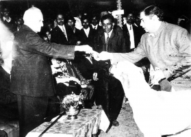 Sri V V Giri (President of India) giving Best of Breed Prize to Diamond (Great Dane)