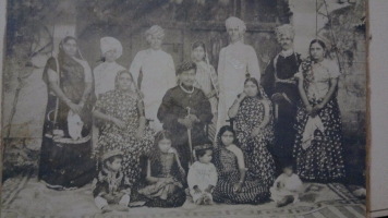 Thakor saheb Hamirsinhji with all 4 queens and Yuvraj Dilipsinhji, Rajkumar Digvijaysinhji, Rani sa of Sayla, Rani sa of Umeta, Rani sa of Sarwan