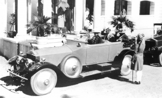 Maharaja Shri Sir Vijaysinhji of Rajpipla in his Roll-Royce Silver Ghost 1921 with Sir Frederick Sykes, Governor of Bombay, at Rajpipla in 1929.