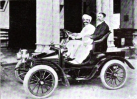 Maharana Chhatrasinhji driving his Wolseley 6 hp 1903-04 in Rajpipla, with Governor of Bombay Presidency Charles Cochrane Baillie, Lord Lamington, seated by his side