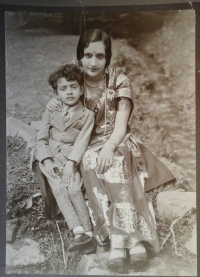Maharani Padmini Kunverba and Prince Billy (Maharajkumar Indrajit Sinhji) around 1930.
